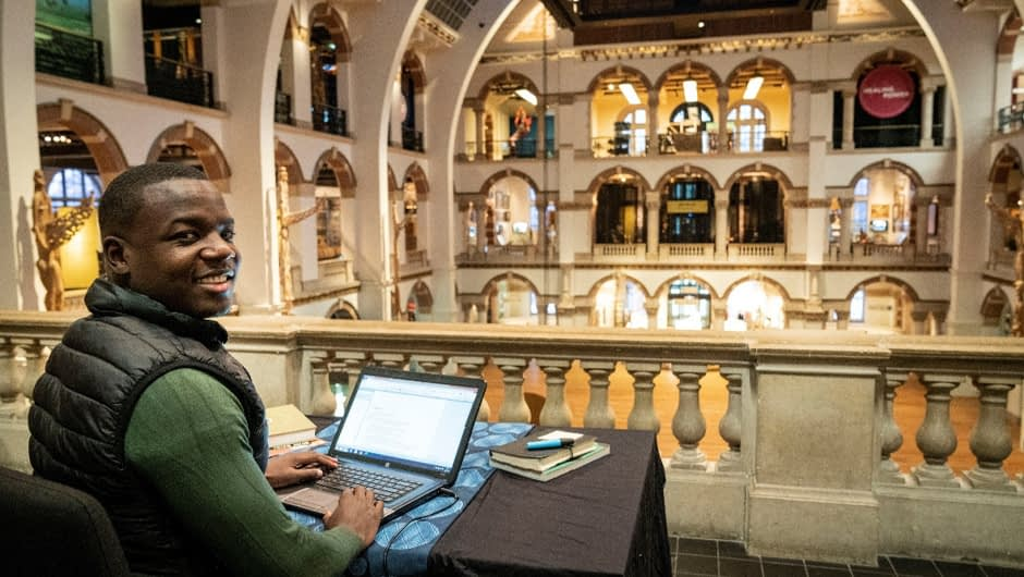 Gershwin Bonevacia schrijft poëzie in een gesloten Tropenmuseum